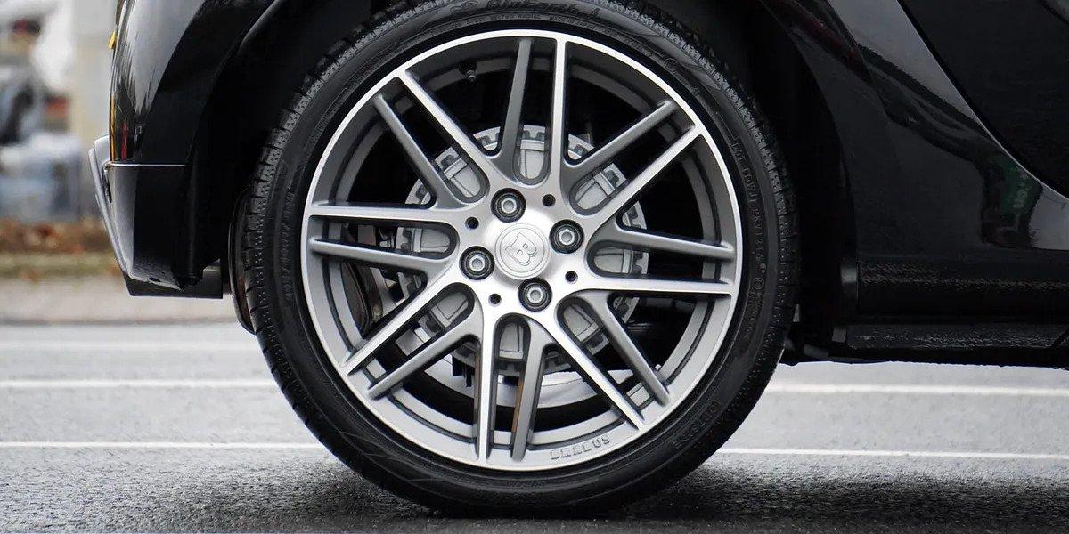 Come si controlla la pressione dei pneumatici?